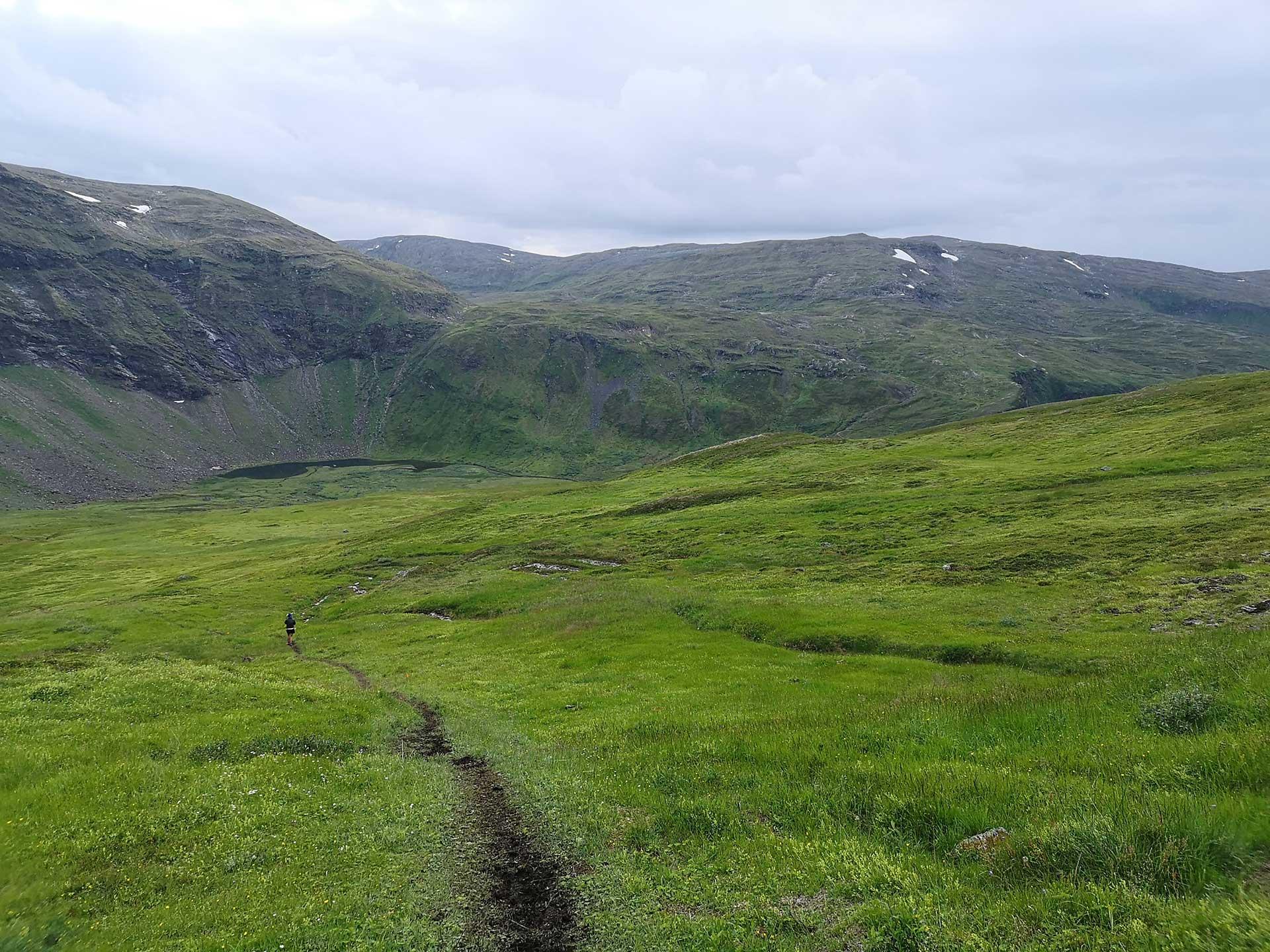 Etter den bratte nedstigningen fra Tromsdalstind kommer et fantastisk stiparti som du ser her. Du passerer også flere bekker med drikkevann. Vannet smaker himmelsk.