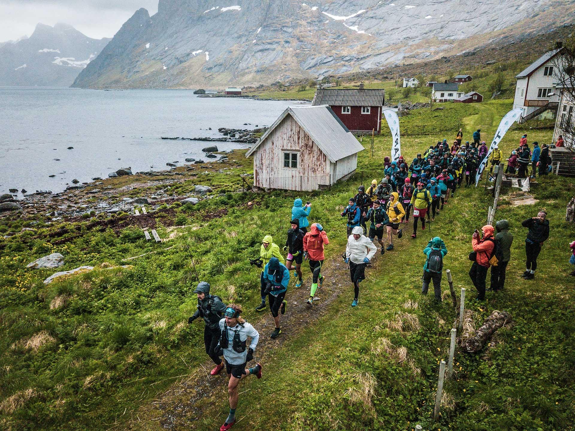 Starten på 100 miles i Kjerkfjorden 2019. Foto: Sportagraf | The Arctic Triple.