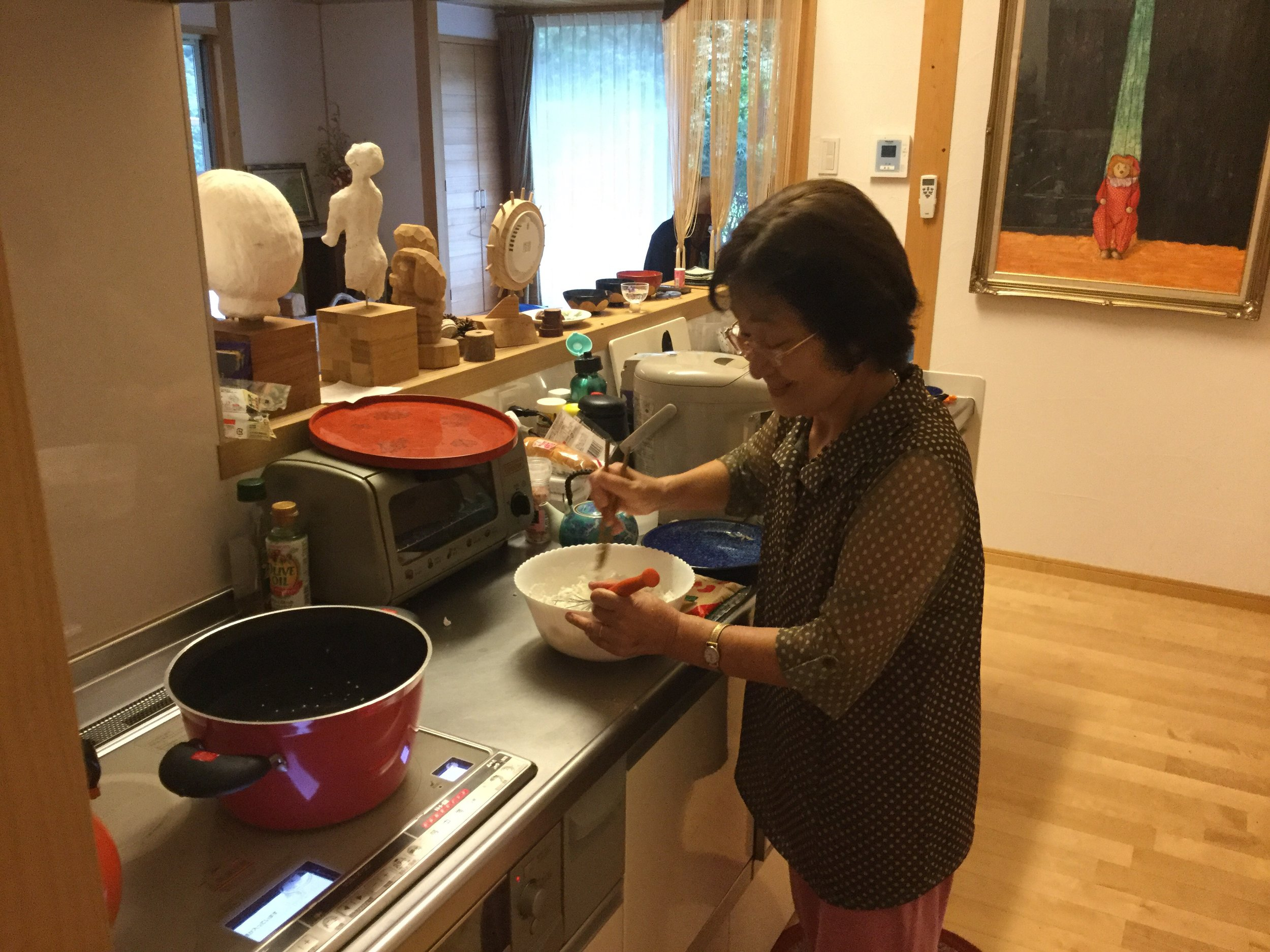First, mix rice flour with water, and boil a big pot of water.