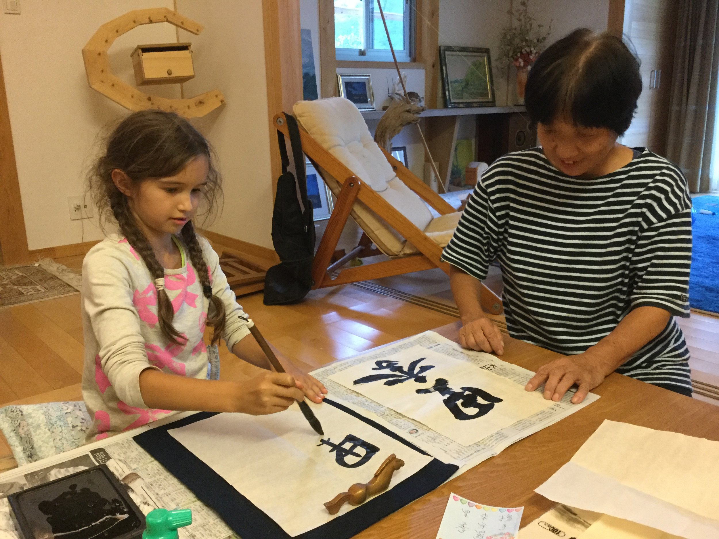 Then it was Lili's turn. The calligraphy paintbrush is made of horsehair, but the best ones are made of human child hair. It is customary in Japan to make a paintbrush of a child's hair in the family.