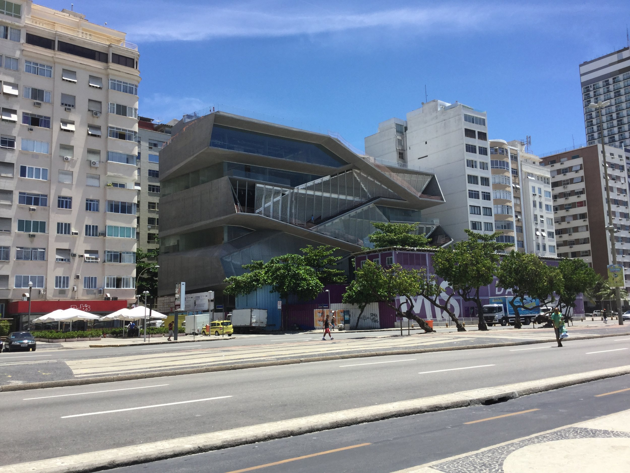 This is the Rio Museum of Image and Sound, also called the Carmen Miranda Museum. Or more accurately, this is their new building, under construction. The opening is scheduled for April or September 2016 (oops, isn't that past already??) haha. The architects are Diller & Scofidio from New York.