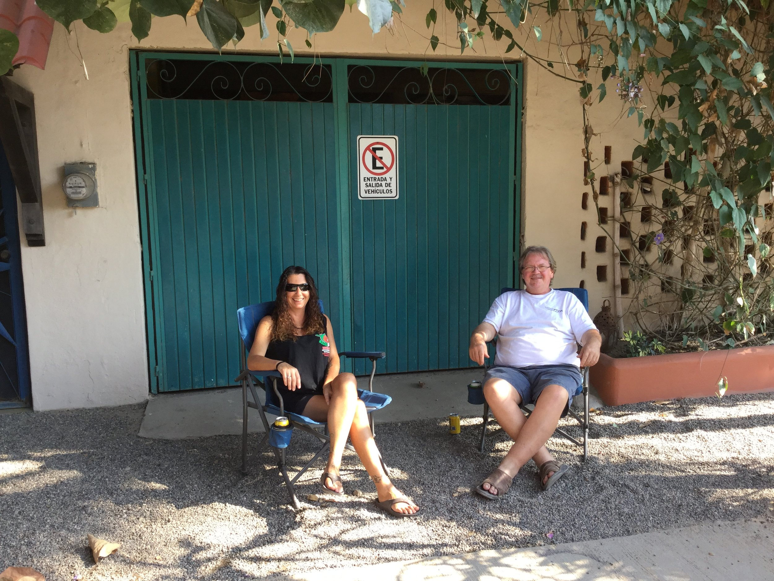 Here are Charlie and Melanie, the owners of our hotel, showing how Mexicans pass their free afternoons. Just put a chair on the sidewalk outside your home, open a beer, and you are set.