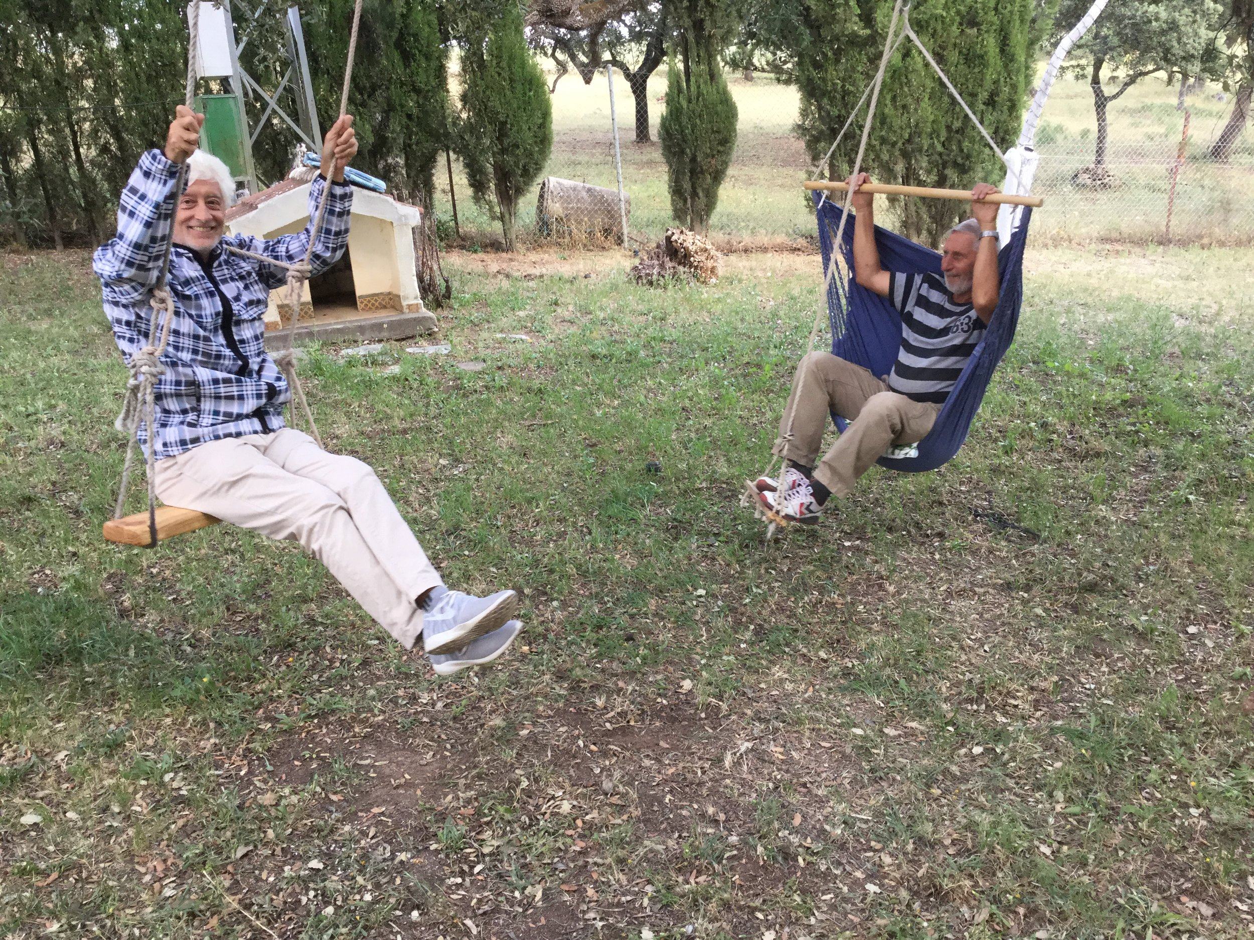 Sandra's sister Manuela is coming to visit in a couple of weeks with her little son Max who is four. Alfred made a swing for his grandson, and Dante is testing it. All worked great!