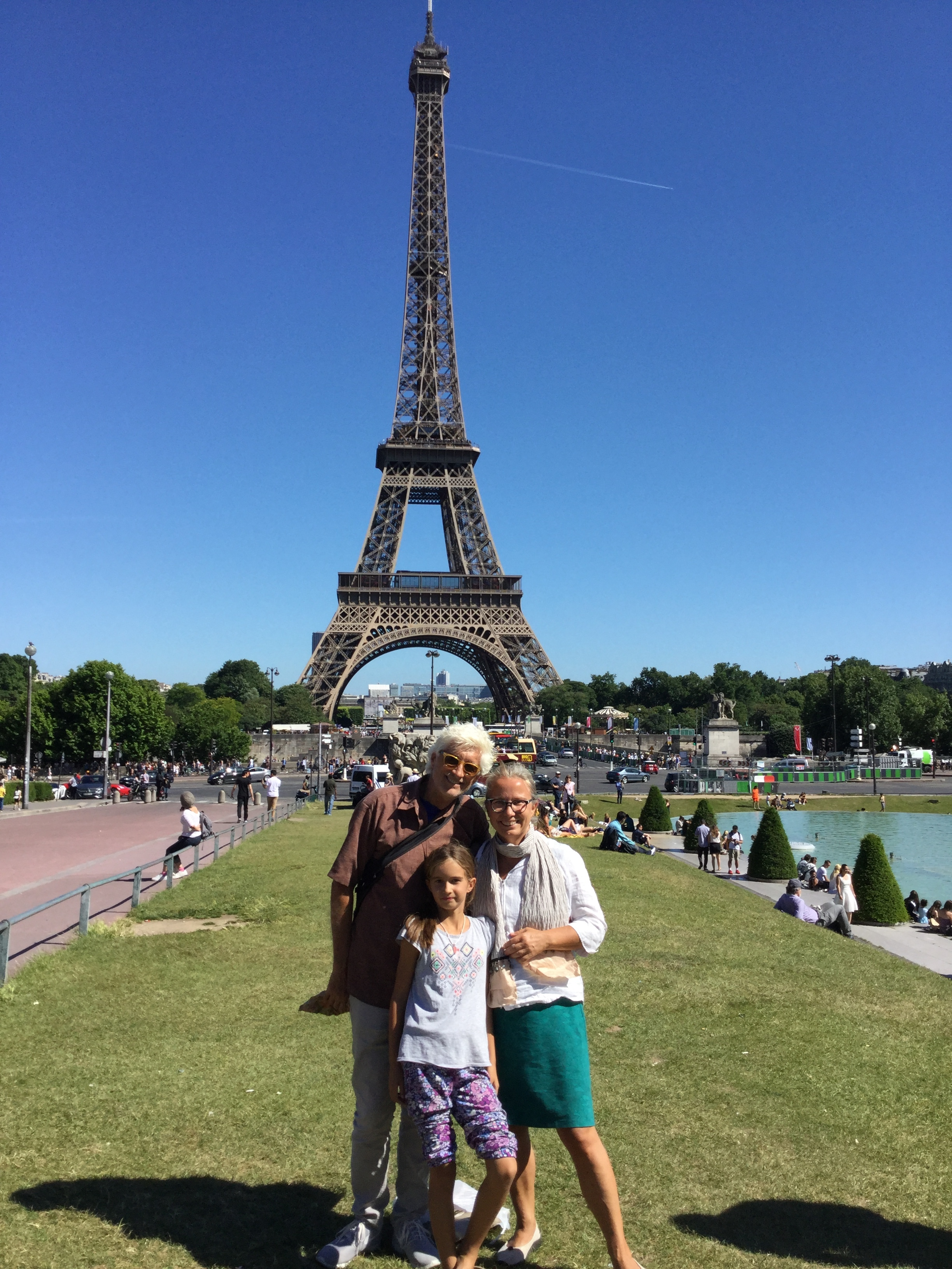 And here we are on the Trocadéro side. Both Lili and I ended up cooling our feet in the pool.