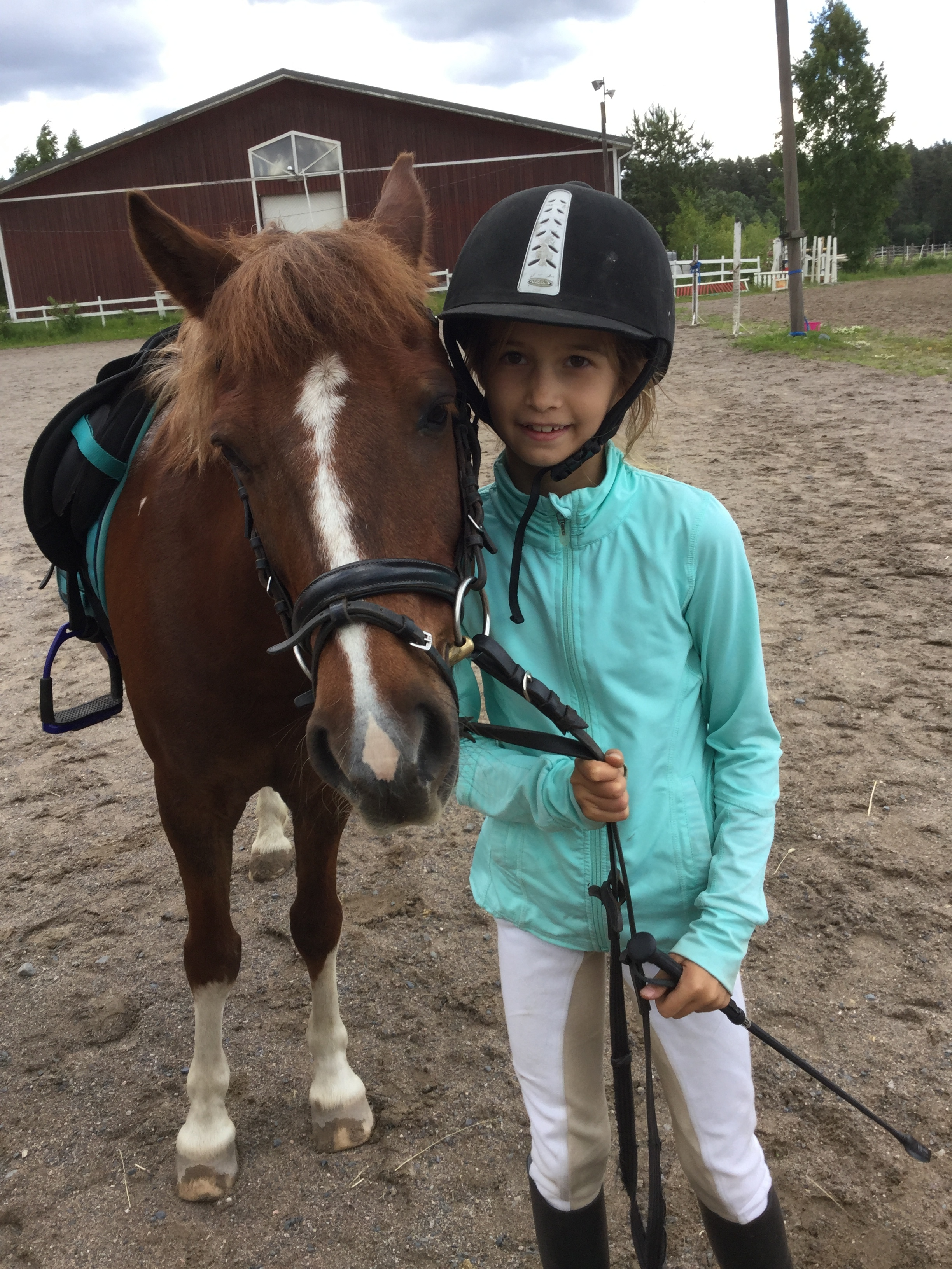 Lili and Miku. Miku was the first horse Lili jumped with in Finland. Miku is a strong character and also taught Lili something completely new: how it feels to fall off a horse! Emmi was coaching Lili at the indoor class.