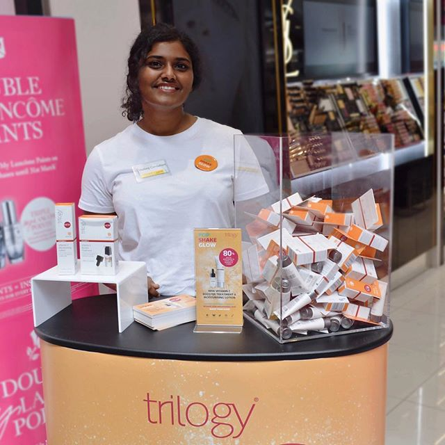 Look at her glow! Our gal, Breann, sampling @trilogyproducts new Vitamin C Booster Treatment 🍊 Head down to the Corner of Douglas St & Ponsonby Rd this week to see @adore_au bring the product to life with a live portrait, and watch how the glow develops throughout the week! #PopShakeGlow