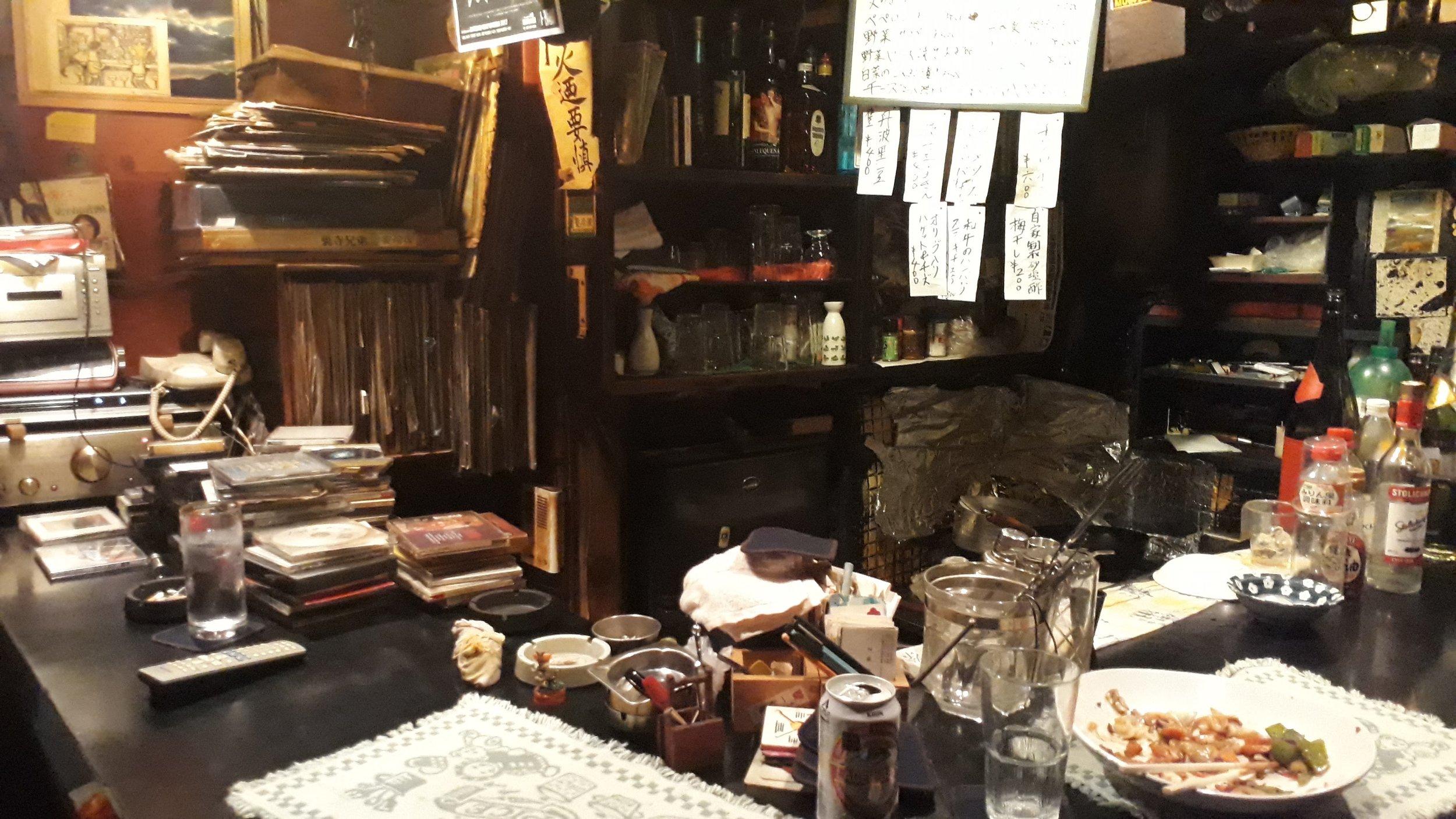 La mesa y el mini espacio del dueño (cocina)