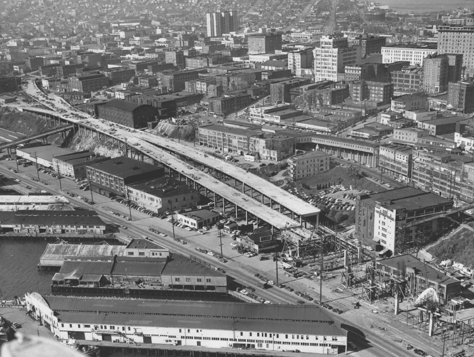The curving entrance, at left, to the viaduct from Battery Street is flanked by ramps from Elliott and Western Avenues on April 22, 1951. (Seattle Times archive)
