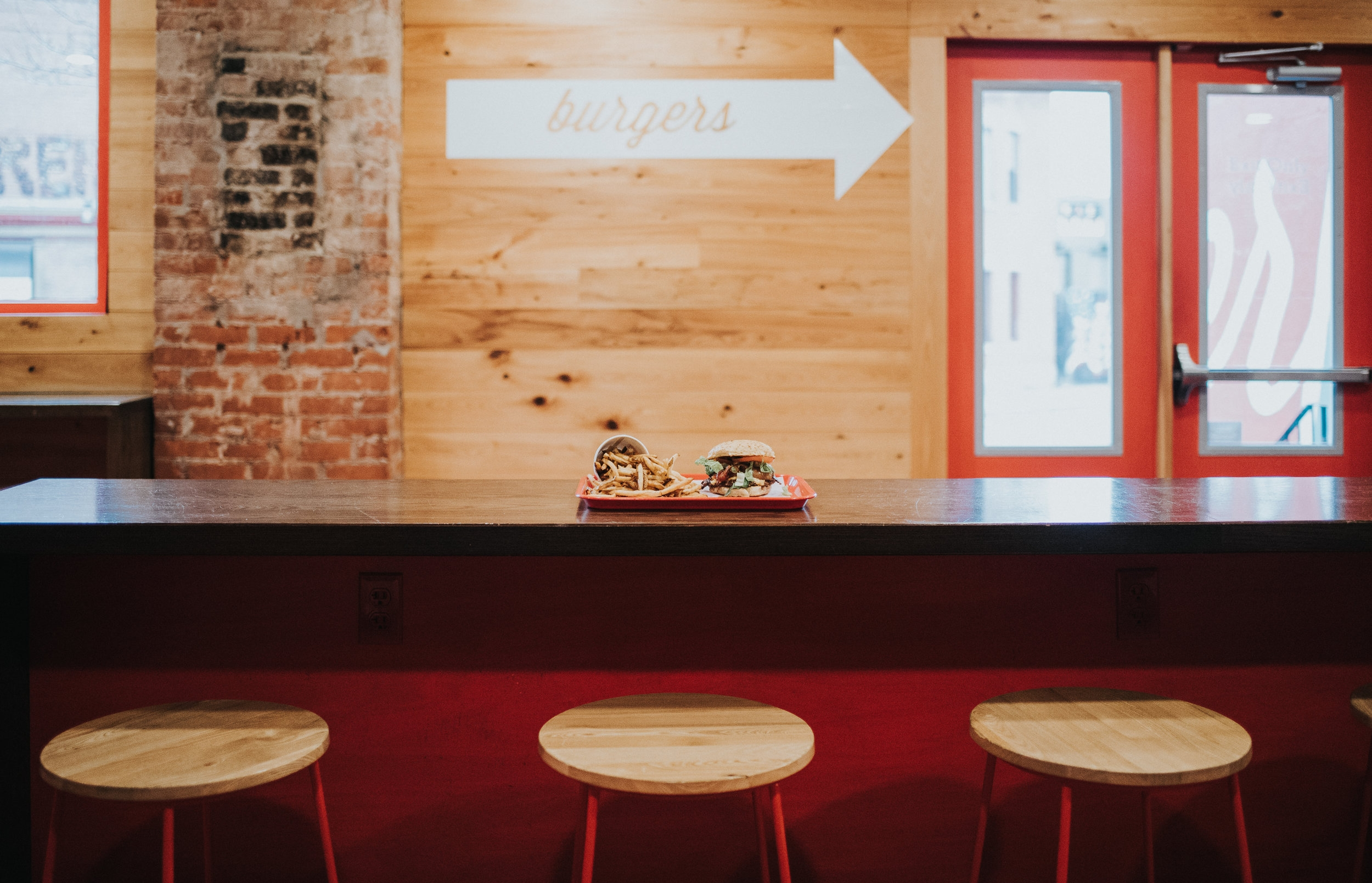 - Counter service and a casual atmosphere make ordering a breeze. Play a game or grab a drink at the bar while you wait, a buzzer will alert you when your food is ready.
