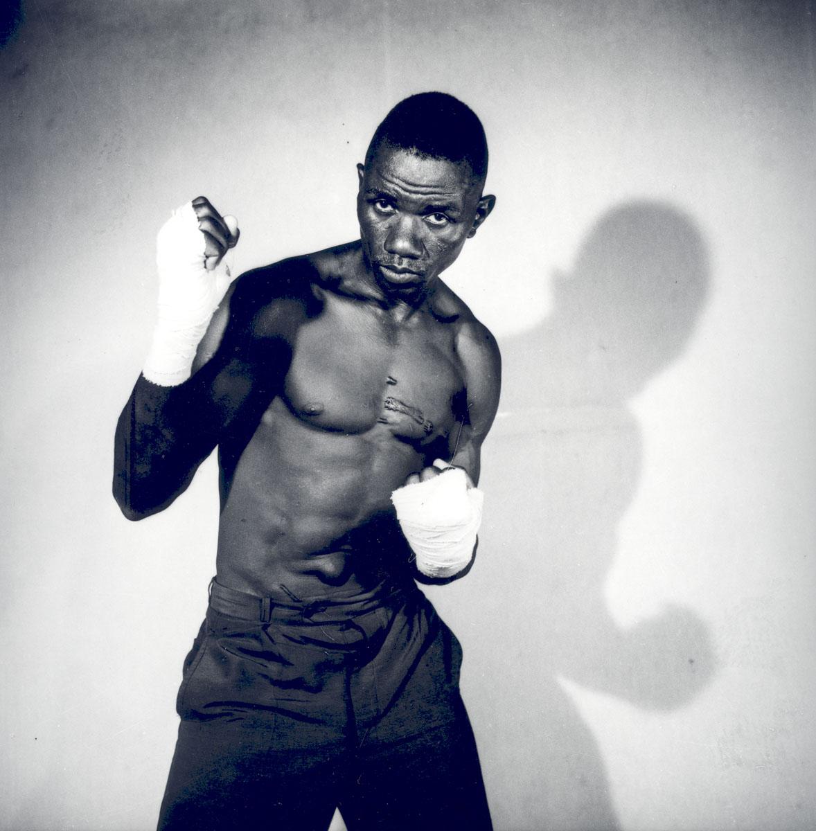 Malick Sidibé, Boxeur (poings levés avec bandages), 1966, © Malick Sidibé, Courtesy Galerie MAGNIN-A, Paris