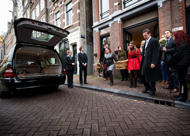 Aimee Pelgrom Funeral Amsterdam family carrying coffin