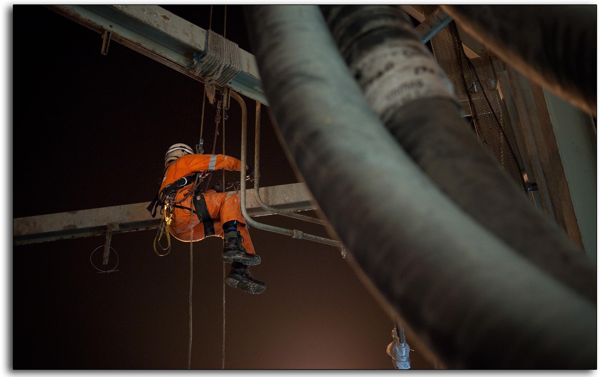 07 Robert Rab Hamilton working at height night shift Chirag BP platform Caspian sea offshore.jpg