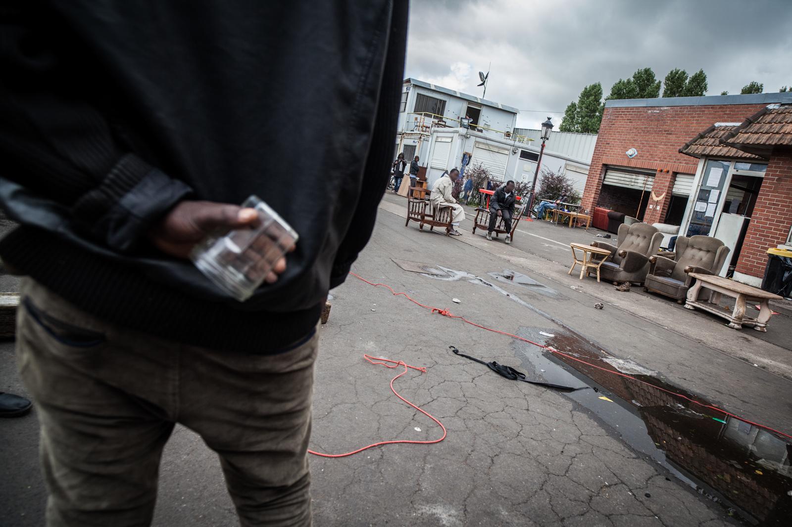 Reportage à Calais en août et septembre 2014 sur la situation des migrants à Calais, alors qu'aucun centre d'accueil n'était construit. Publié dans L'Humanité et La Vie.