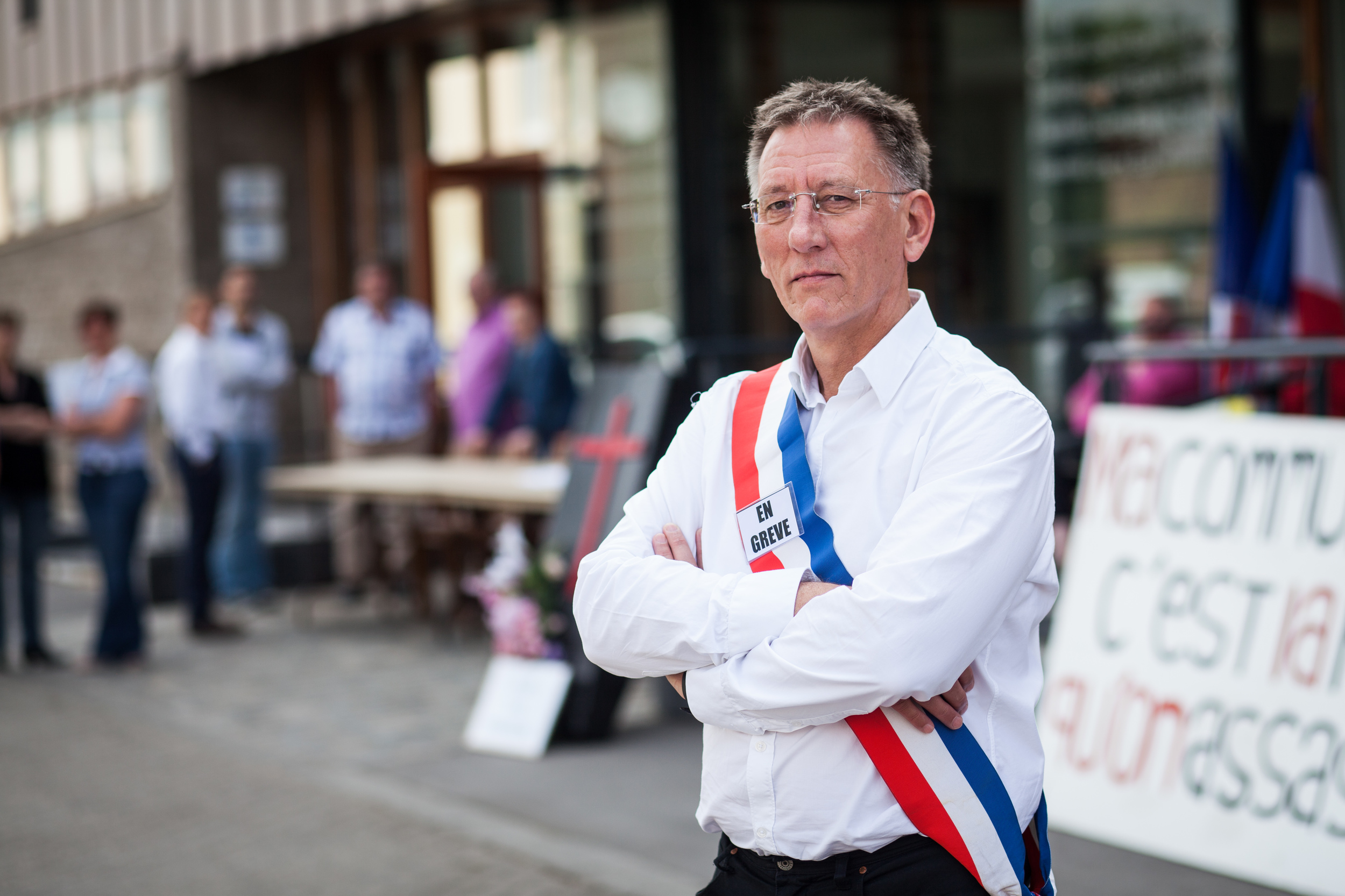 Freddy Kaczmarek, maire d'Auby (59). Manifestation devant les services municipaux de la ville. Le maire ainsi que l'équipe municipale se mettent en grève pour protester contre la réforme des collectivités.  Publié dans L'Humanité