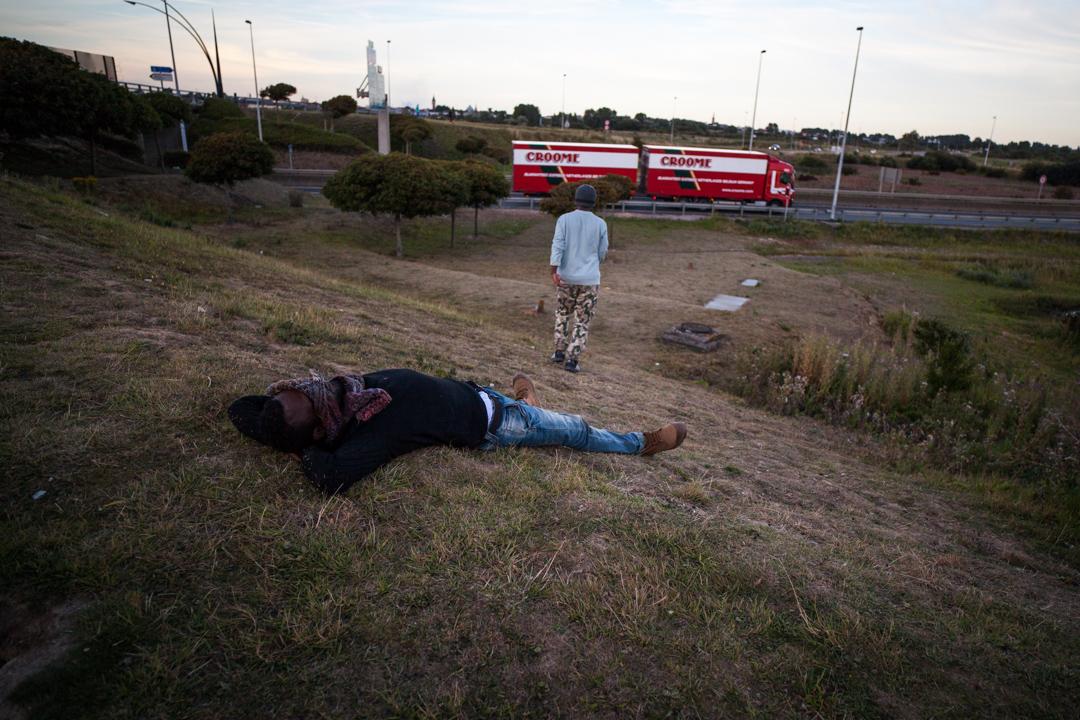 Certains migrants sont exténués. Ils essaient de passer chaque soir. En attendant la nuit, ils économisent leur énergie.  L'Humanité - 10.08.15