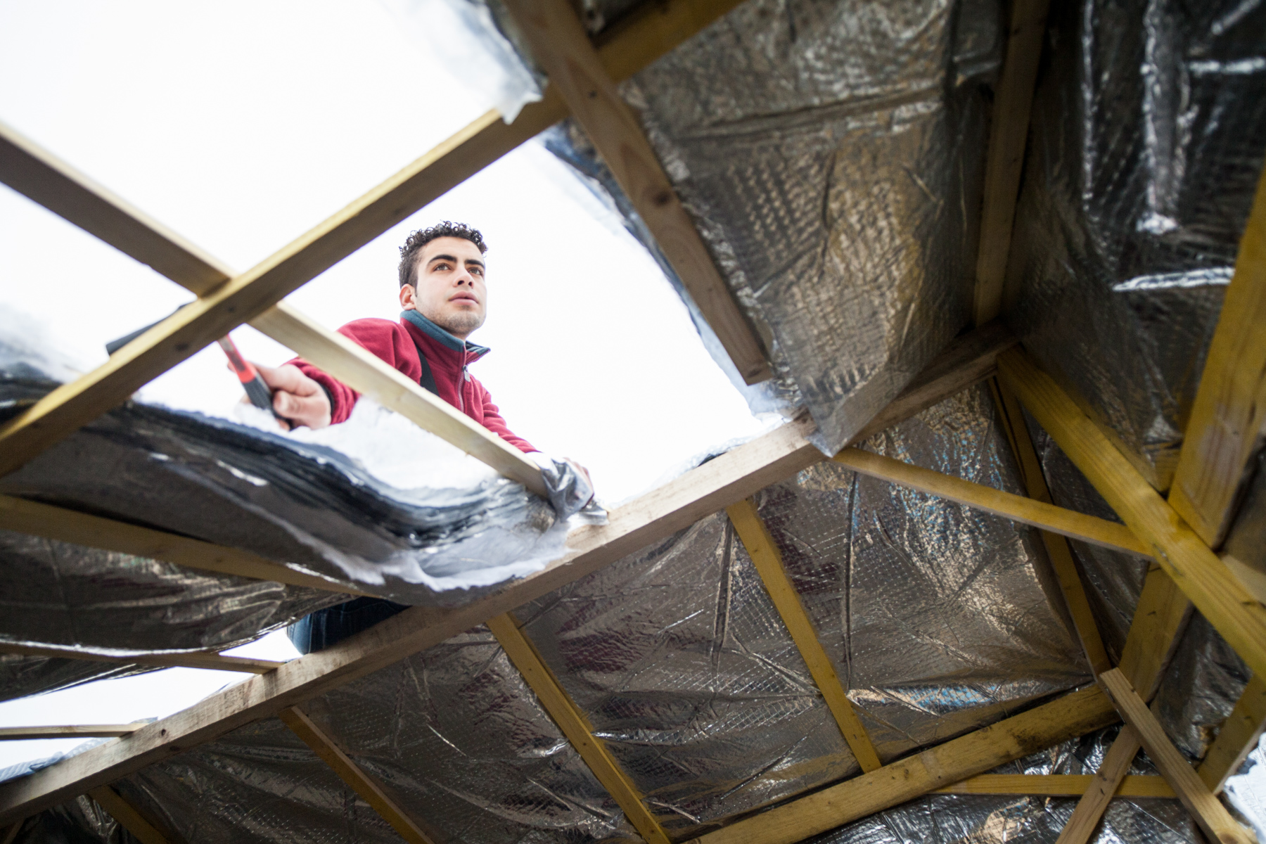 """De jeunes égyptiens terminent la construction de leur cabane, avec les membres de """"L'Auberge des migrants"""". L'hiver qui s'annonce rude oblige chacun à s'équiper.  Témoignage Chrétien - 23.10.15"""