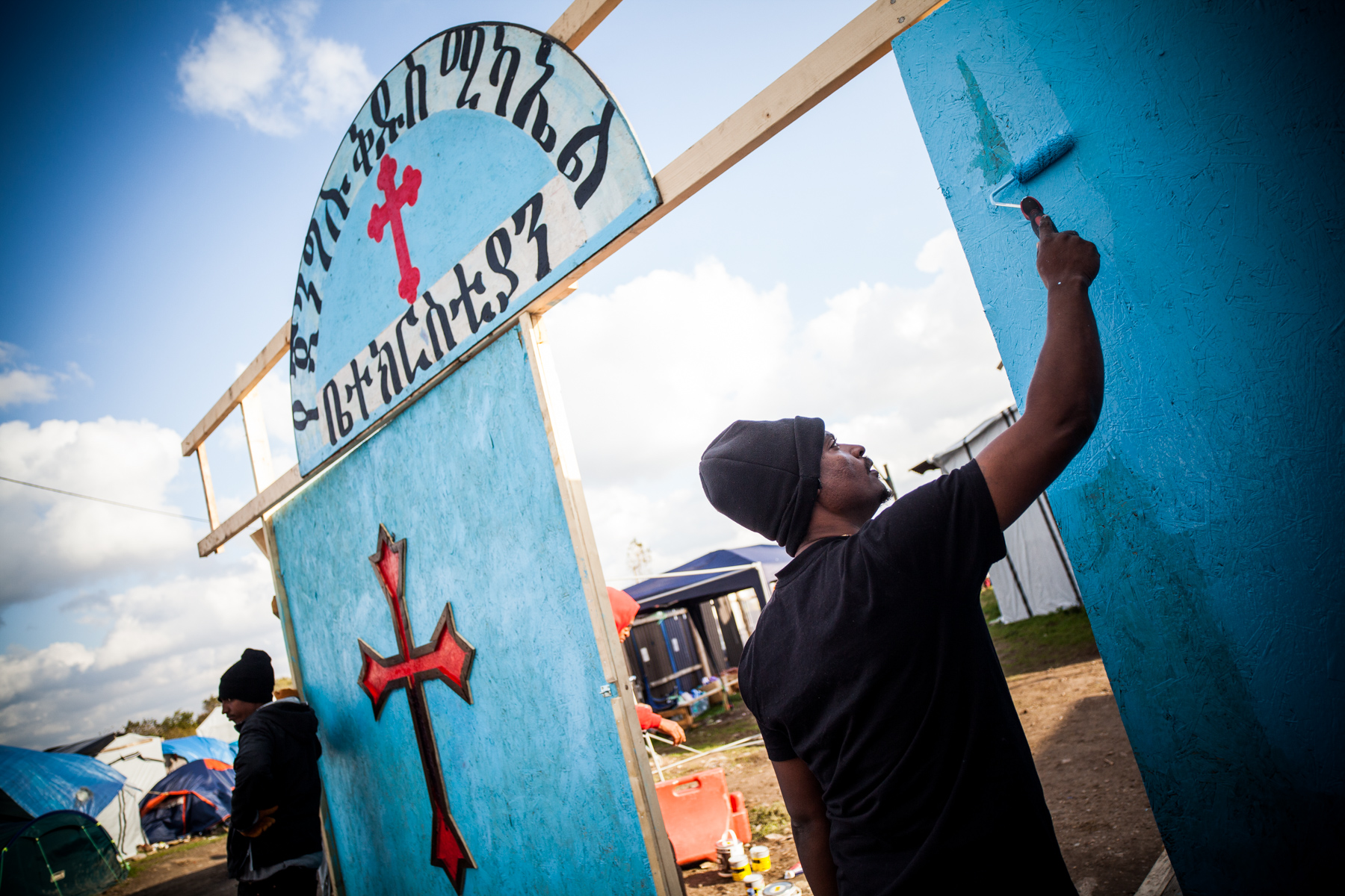 Les alentours de l'église orthodoxe sont de plus en plus décorés. Ici, un portail d'accueil a été peint pour embellir l'entrée.  Le Monde - 13.10.15