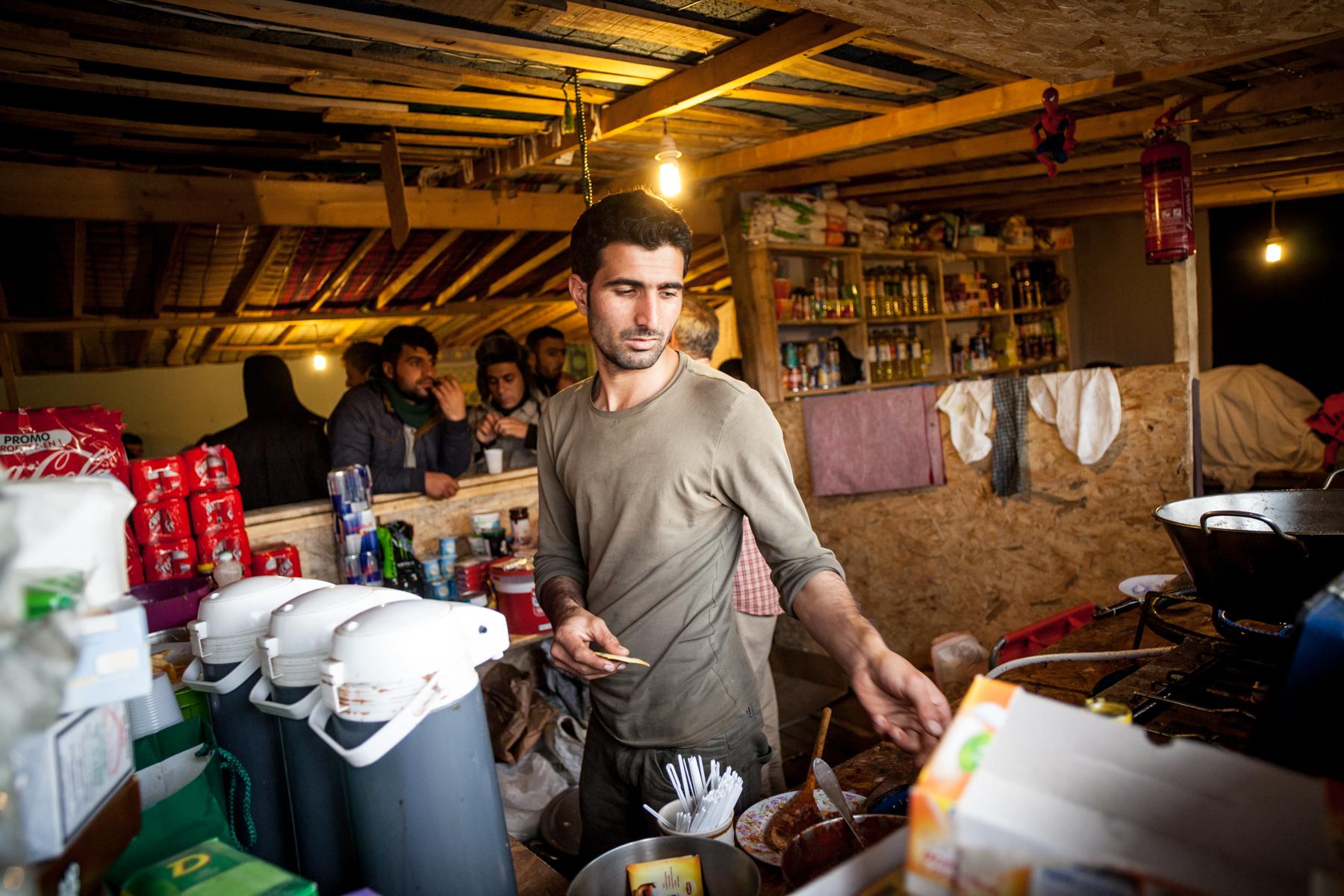 Dans le quartier afghan, certains restaurants affichent déjà une quinzaine de clients faisant la queue à 17h. Des frites, du café, ou des sodas sont vendus.  Le Monde - 13.10.15