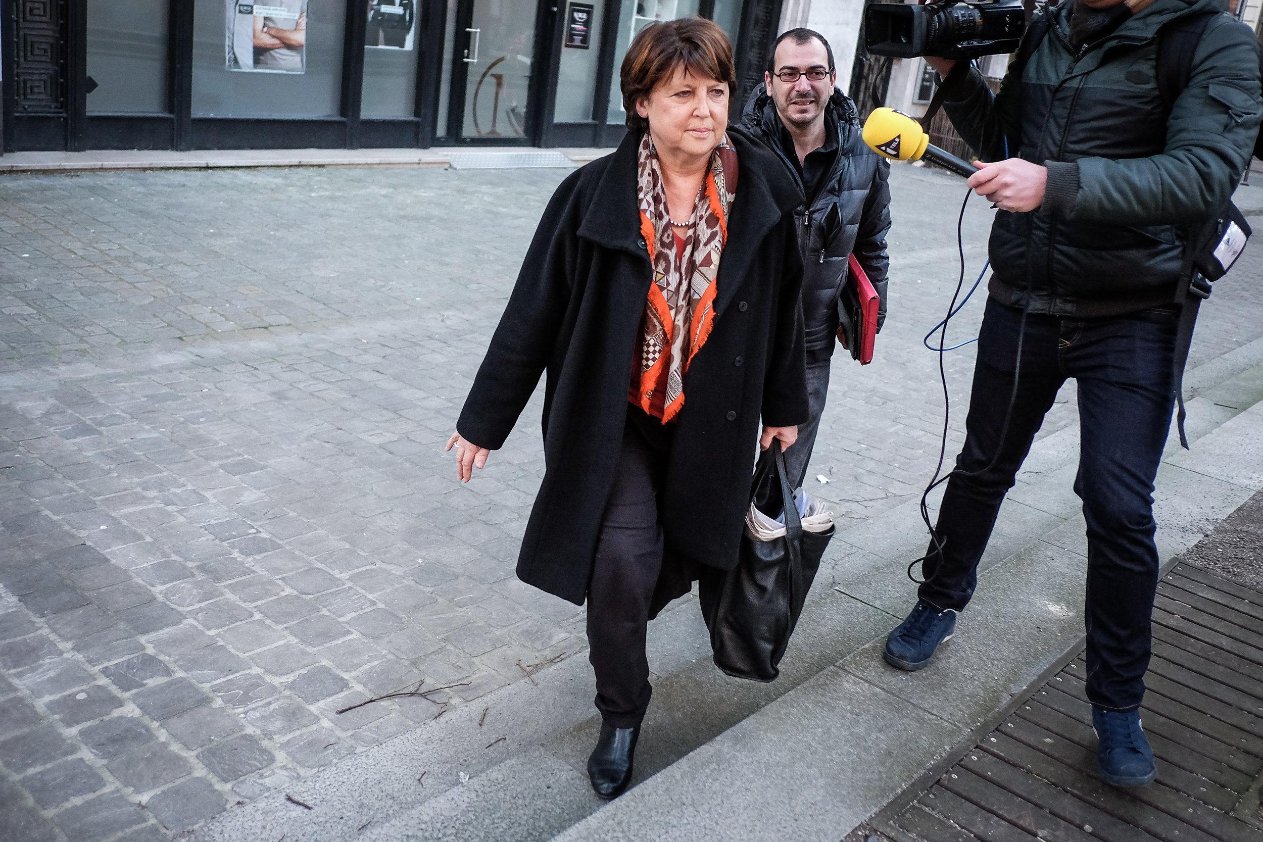 Martine Aubry sort de studios d'RTL à Lille, en février 2016, au lendemain d'une tribune qu'elle a signé dans Le Monde, où elle critique la politique de Manuel Valls, alors premier ministre. Publié dans Le Monde