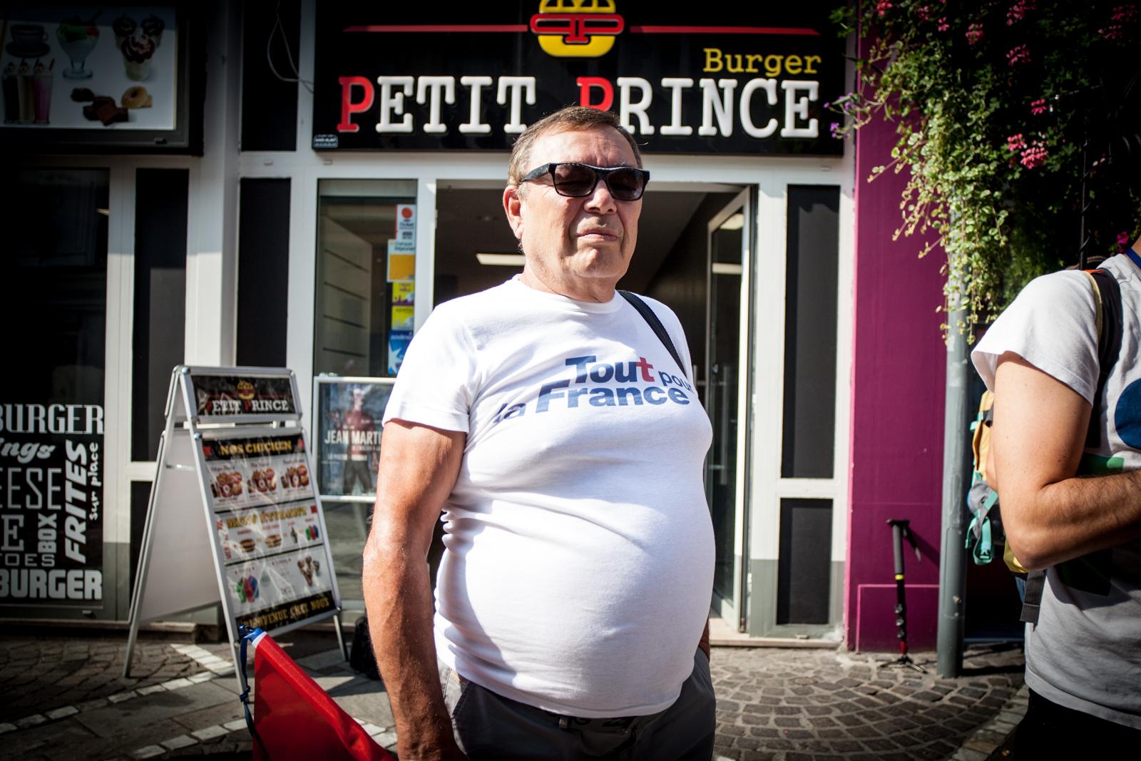 Un militant Les Républicains, devant la librairie qui accueillera Nicolas Sarkozy, à Tourcoing, en septembre 2016. Publié dans Le Monde