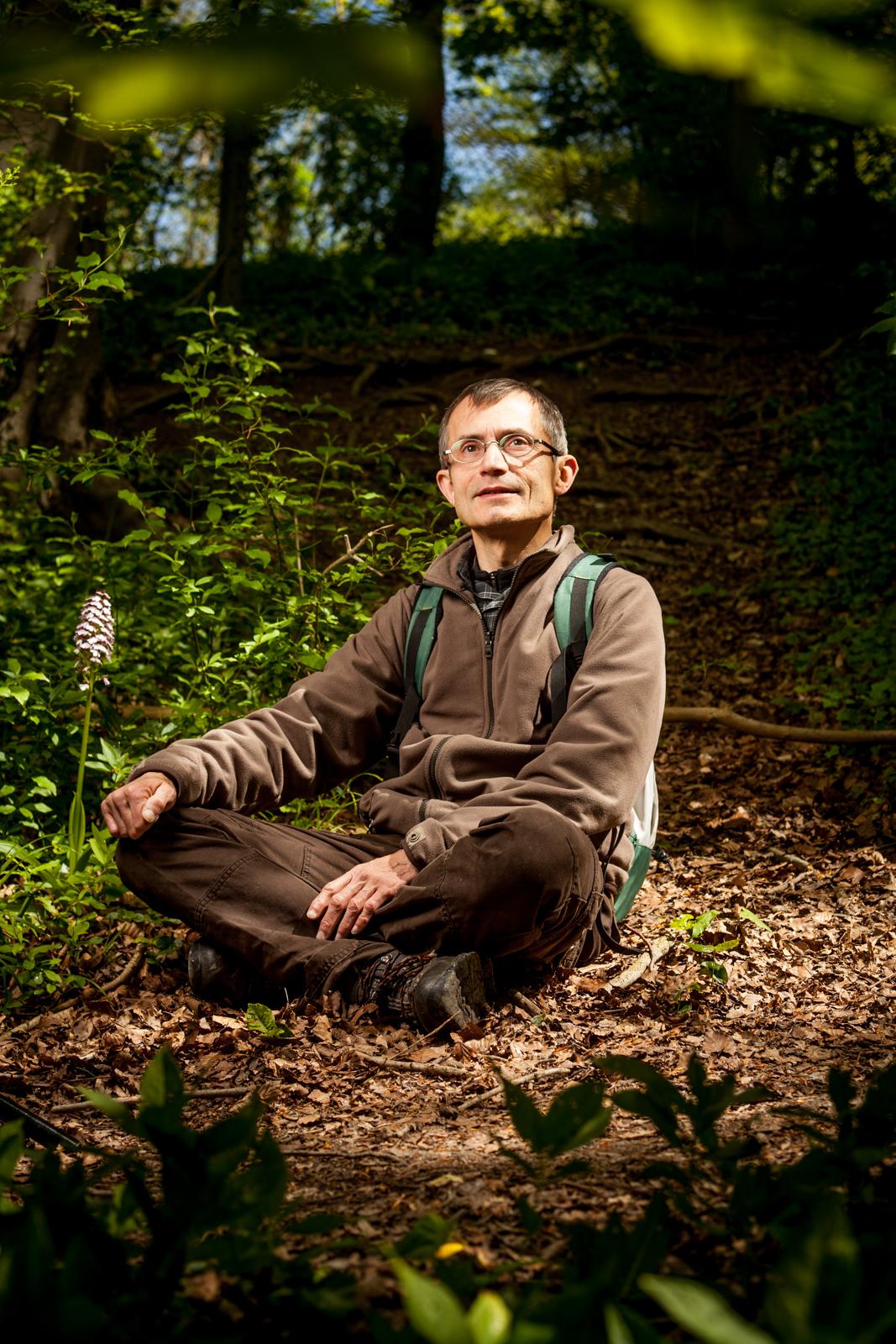 Thierry Bernard, spécialiste de la faune sauvage dans le Pas-de-Calais. Ici, à côté d'une orchidée, nichée près d'un terril.  Portrait réalisé pour le magazine La Vie - mai 2017