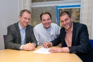 V.l.n.r.: Gauti Reynisson (CEO Mint Solutions), Robin Roelofs (ziekenhuisapotheker Flevoziekenhuis) en Edo Schubert (Lid RvB Flevoziekenhuis)