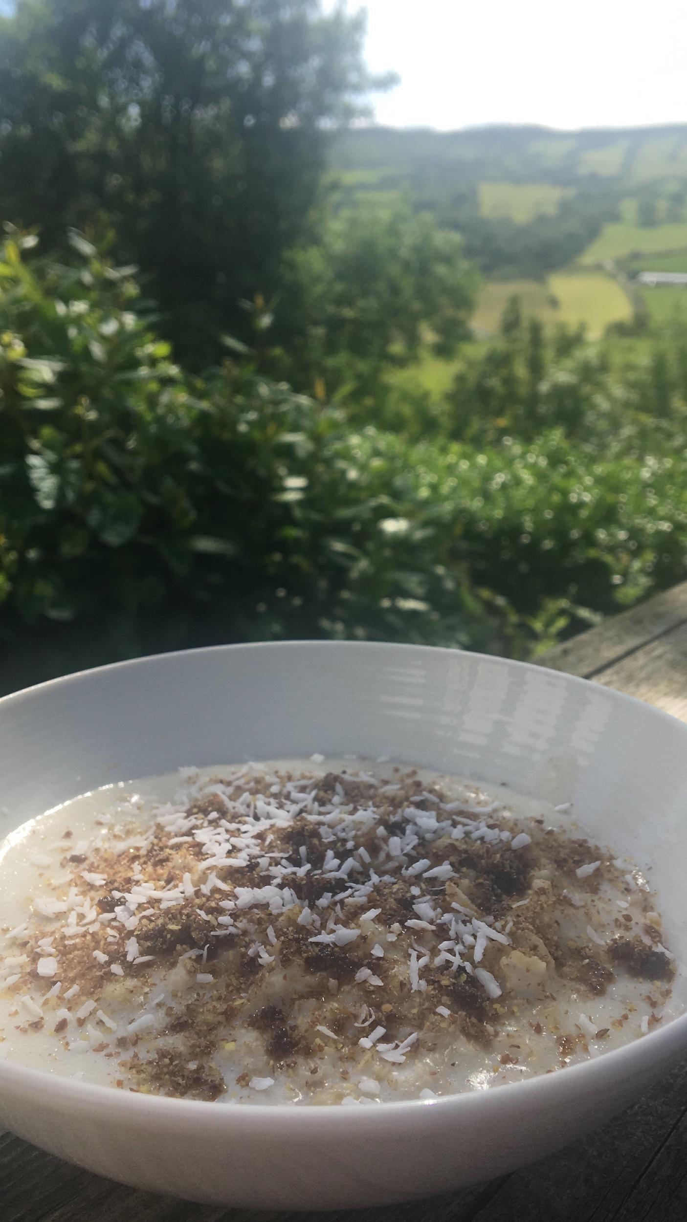Porridge on the deck in the sunshine. 🥣 🌞