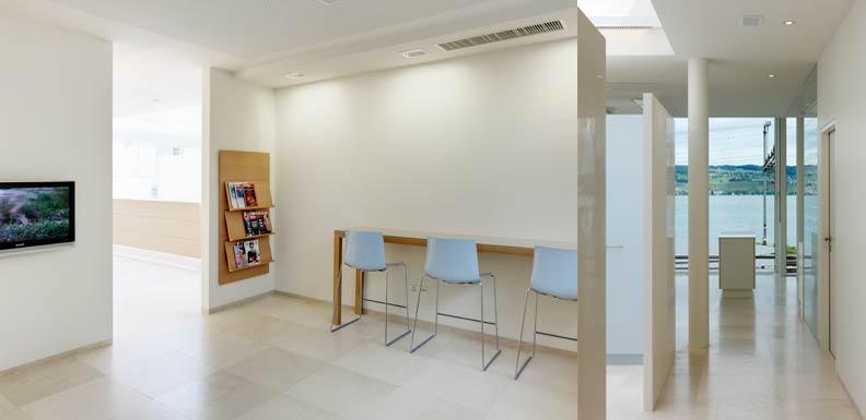 Das grosszügige Wartezimmer für Patienten von LAKESIDE KIEFERORTHO in Wädenswil bei  Zürich