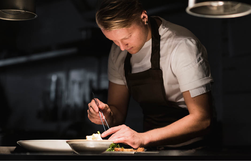 """El Chef Mikko Pakola y el  """"Back Pocket""""   Garden by Olo,  un concepto del restaurante  Olo  galardonado con una estrella Michelin."""