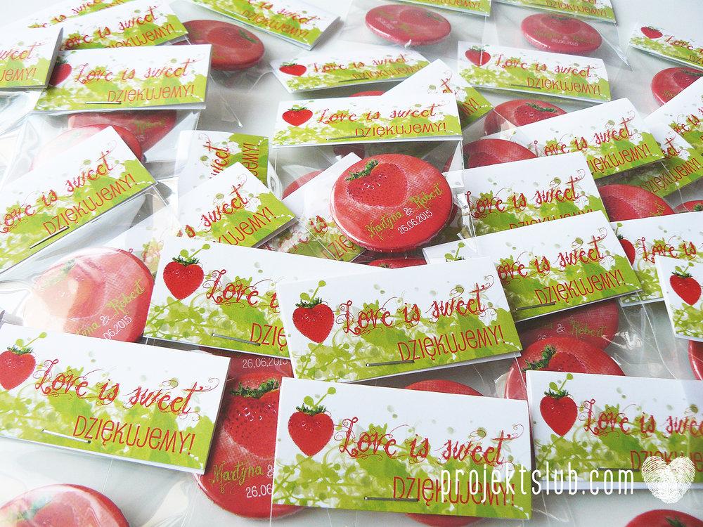 zaproszenie+ślubne+z+truskawką+ślub+plenerowy+zieleń+lampiony+truskawki+czerwony+zielony+liście+biel+projekt+ślub+(6).JPG