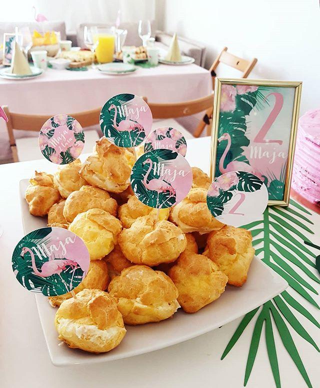 Pikery do słodkości z kolekcji 'Love Flamingo' 😍🤩🌿 🍰🌸🎂🍭🍦🌿🌹🌺🏵🎈🎁 #projektprzyjecie #projectparty #kidsparty #dekoracjedladzieci #dekoracjeurodzinowe #urodzinydziewczynki #monstera #przyjecieurodzinowe #papeteriaokolicznosciwa #zaproszenia #piki #pikery #tabliczki #dekoracjenaprzyjecie #przyjęcie #flaming #exoticparty #egzotyczne #hawajskie #2urodziny #birthdaydecoration #sweets