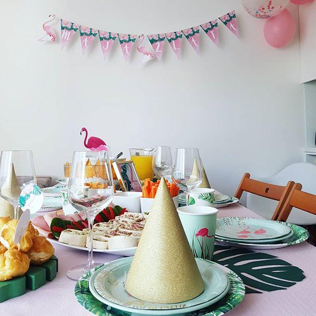 Urodzinowa girlanda w stylu hawajskim 🏵🌺🌞 #dekoracjedladzieci #urodzonydziewczynki #przyjęcie #urodziny #dekoracjastołu #girlanda #proporczyki #decor #birthdaydecoration #hawajskie #egzotyczne #dekoracjeurodzinowe #papeteria #zaproszeniaokolicznościowe #flaming #loveflamingos #monstera #pinkparty #2urodziny #dwulatka #instamatki #projektprzyjecie