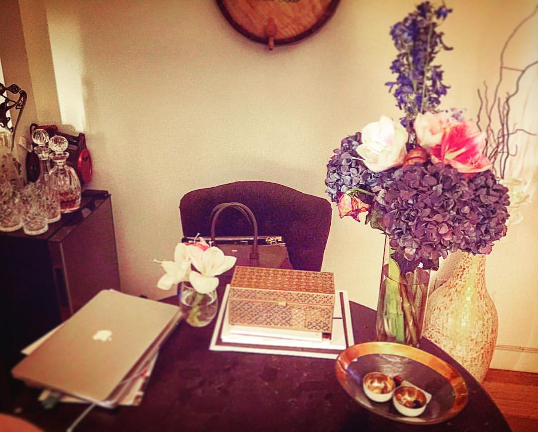 NYC workspace won't be big, so you might as well make it pretty 🌸🌼🌺💻📞🌻🌷  ||  #werk #nyc #office #manhattan #downtown #chelsea #relatedlife #meatpacking #westvillage #highline #style #ootd #interiors #gold #homework #inspo #iloveny #work #openhouseny  (at The Caledonia)