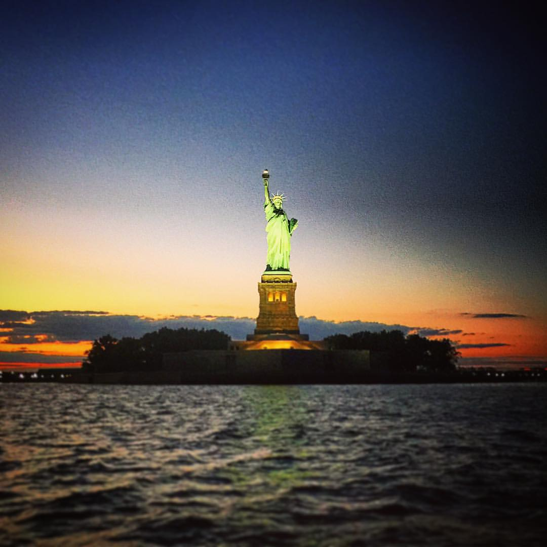 Lady Liberty up close and personal 💃🏻✨🗽  #sunset #sailing #nyc #ladyliberty #ladiesnight #boating #hudson #manhattan #skies #waves #summer #freedom #girlpower #batterypark #fidi #tribeca #highline #statue #ellisisland #sunlight #closeup #openhouseny (at Statue Of Liberty, Liberty Island, New York City)