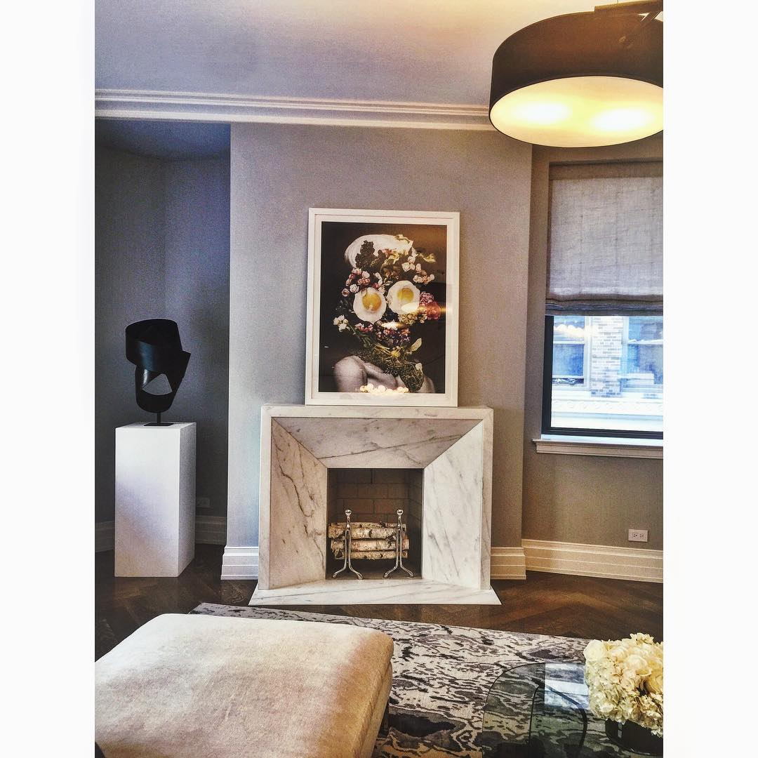 A cozy fireplace setting has never looked so chic 🔥👸🐩👌 #nyc #fireplace #interiors #style #envy #manhattan #uptown #interiordesign #upperwestside #uws #marble #newyorkcity #realestate #openhouse #fairway #openhouseny