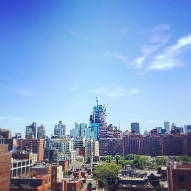 Hudson Yards creepin' up into the skyline 🌇👀 #chelsea #realestate #nyc #downtown #newdev #manhattan #skyline #hudsonyards #highline #architecture #goodmorning  (at The High Line)