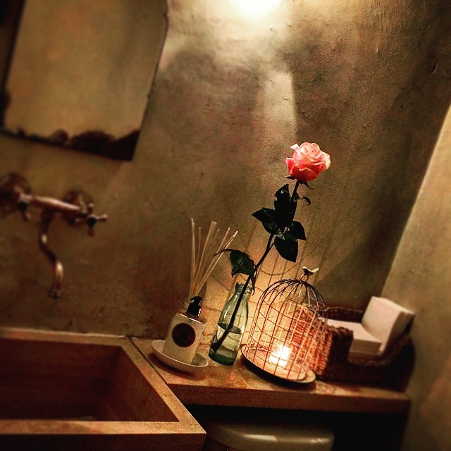 Prettiest bathroom decor in town 🌹💛🌸 #nyc #decor #bathroom #design #inspo #interiors #manhattan #westvillage #downtown #yum #rose #rustic #romantic #style #shabbychic (at Palma)