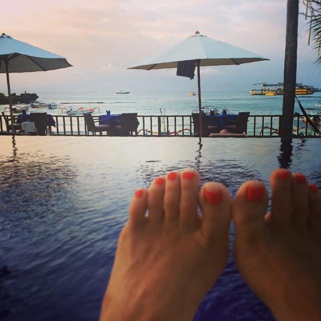 Toes in paradise evening 👡🌴☀️🌊 #bali #lembongan (at Bay Shore Huts, Lembongan Islands)