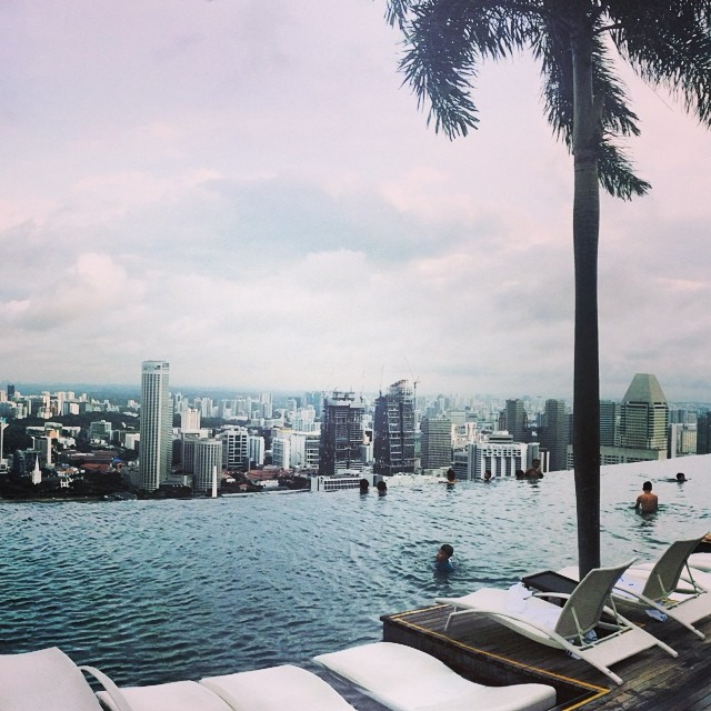 Don't fall! #singapore #edgeoftheworld (at Marina Bay Sands)