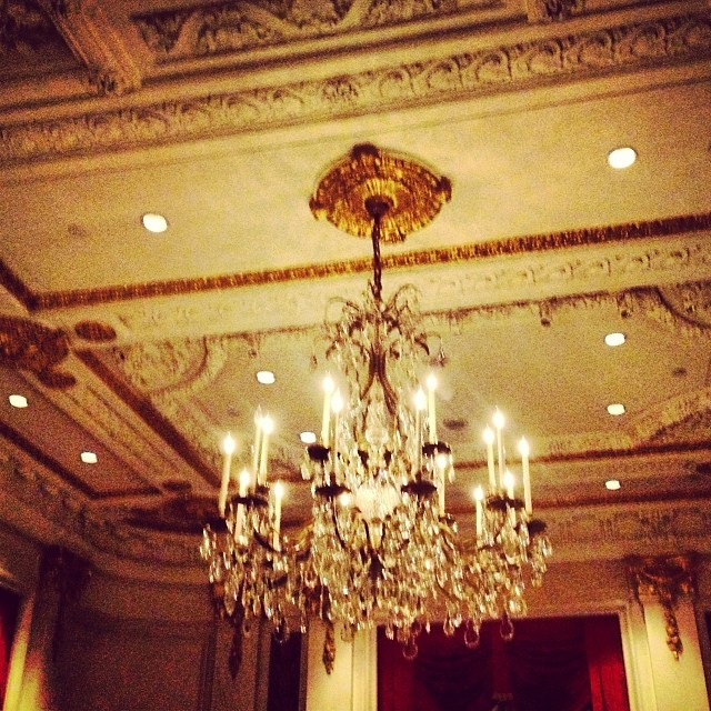 Roxi likey #sparkly #gold #chandelier 👑 (at The St. Regis New York)