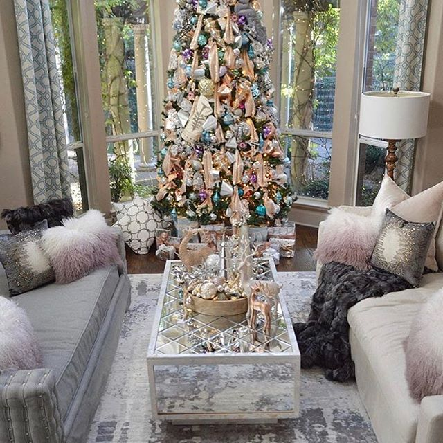 Happy Holidays ⛄️ How beautiful is this living room by @renaenaa ? 🥰  #performancefabric  #upholstery #interiordesignttx #interiordesign