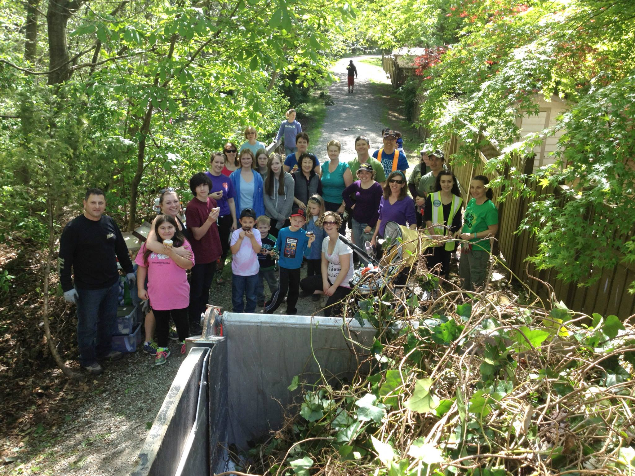 Members of Eagle Ridge United Church with volunteers from Hoy-Scott Watershed Society in front of a dump truck full of English Ivy