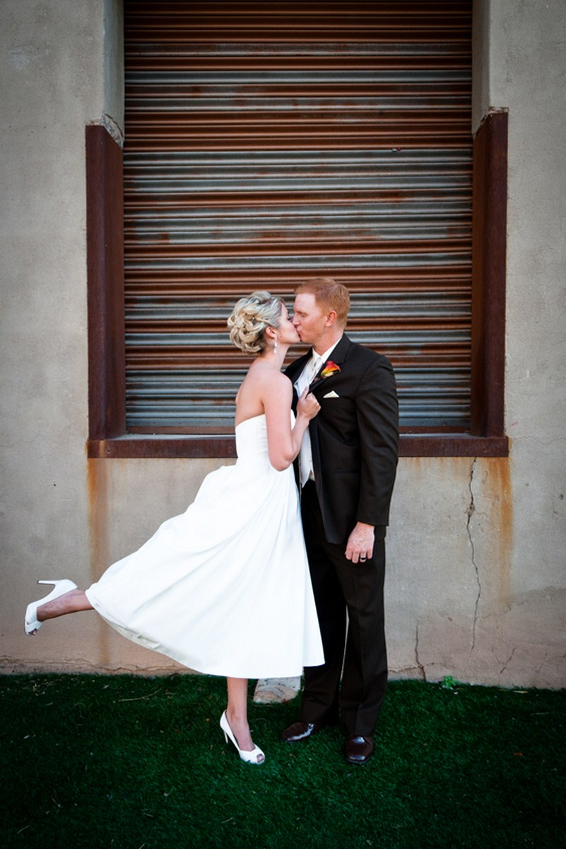5 bride and groom pictures romantic wedding pictures bride and groom poses Kent Drake photography Life design events.jpg