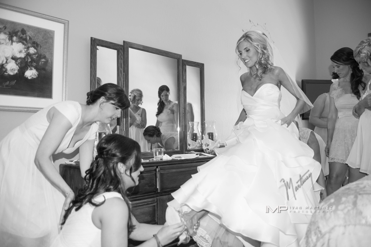 16 getting ready photos bride getting ready Ivan martinez photography Life design events.JPG