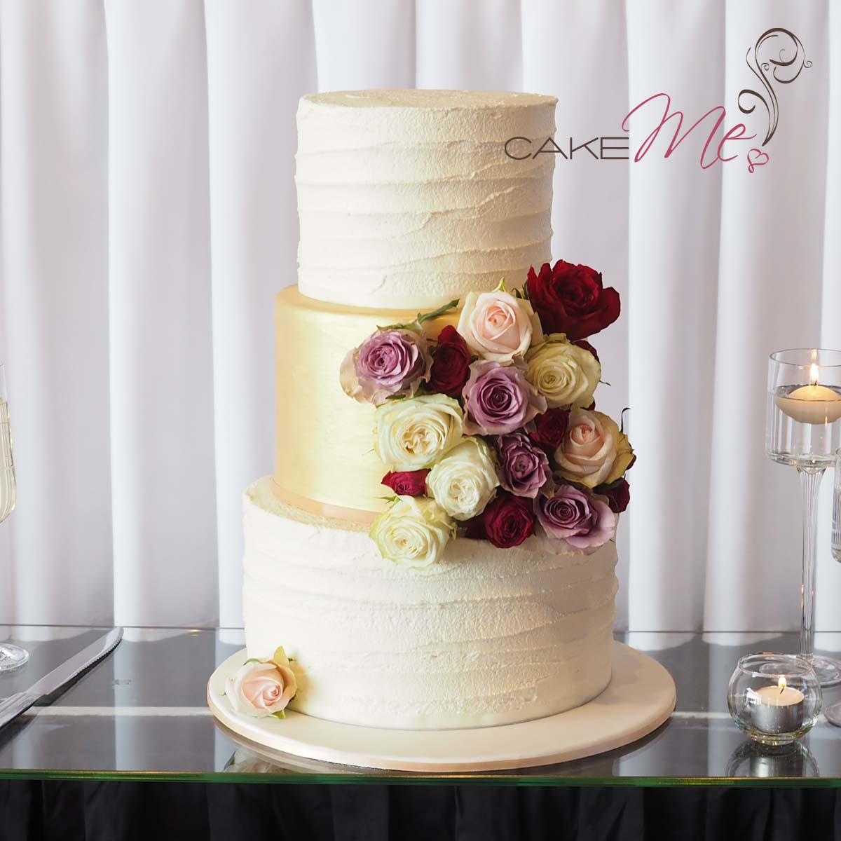 The simplicity of the buttercream together with the smooth gold lustre finish, complimented Mary and Dat's subtle gold theme.