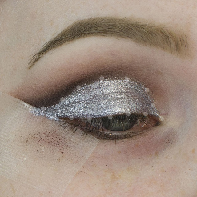 How to Apply a Glitter Cut Crease Tutorial