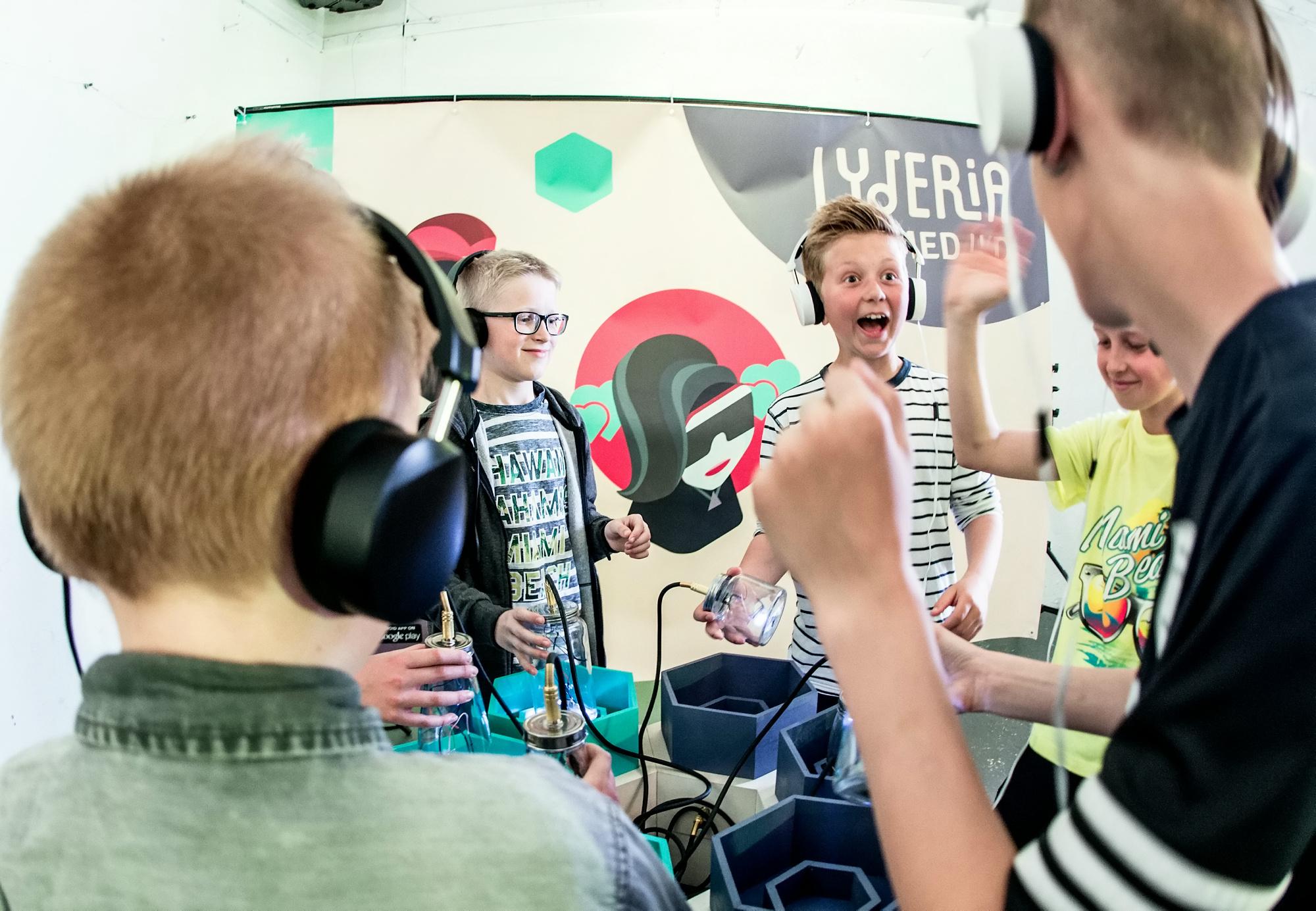 Barn utforsker en lyd-installasjon pået Lyderia-event i Stavanger.
