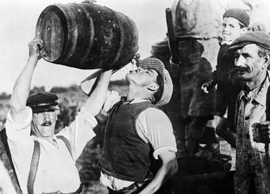 scherl-man-drinking-wine-during-grape-harvest-in-france-1940.jpg