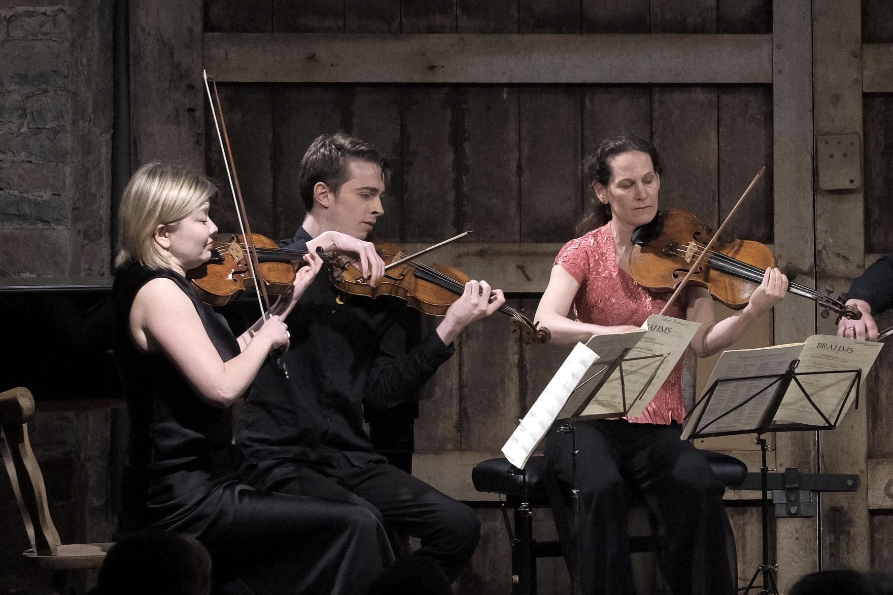 Alina Ibragimova, Tim Crawford (violons), Malin Broman (viola)