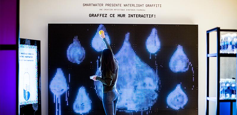 Graphs lumineux sur le mur    SMARTWATER